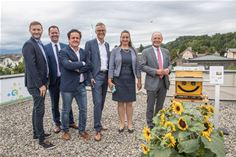 (L-R) Mag. Walter Prutej, CEO SURAAA, Christian Woschitz, MSc, CEO ZTE Austria, Mag. Christian Inzko, CEO IoT40 Systems GmbH, DI Jan Trionow, CEO Hutchison Drei Austria, Mag. Silvia Häusl-Benz, Major of the municipality Pörtschach am Wörthersee and Dr. Albert Kreiner, Leiter Abt. 7- Wirtschaft, Tourismus und Mobilität, Amt der Kärntner Landesregierung stand next to the Bee-O-Meter