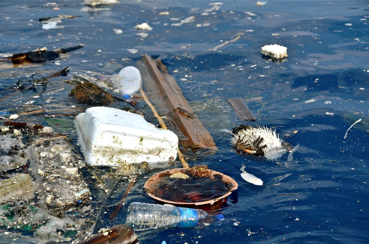 insula de plastic in ocean
